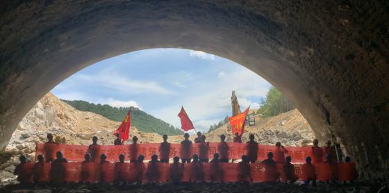 热烈庆贺大广C6项目部新禾村二号隧道左洞顺利贯通